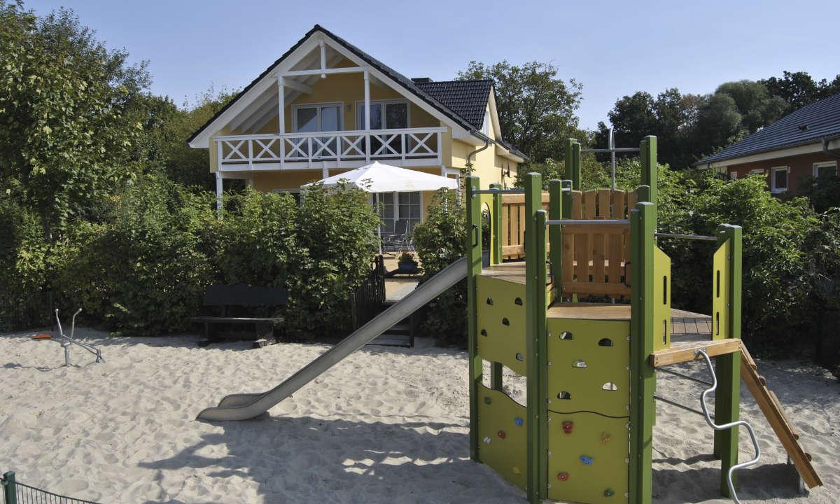 Spielplatz mit Klettergeruest