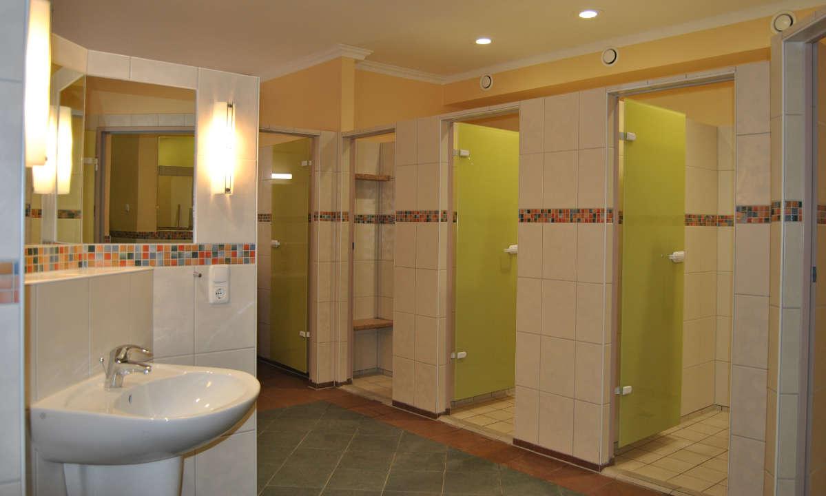 modernes Bad mit Einzel-Duschkabinen