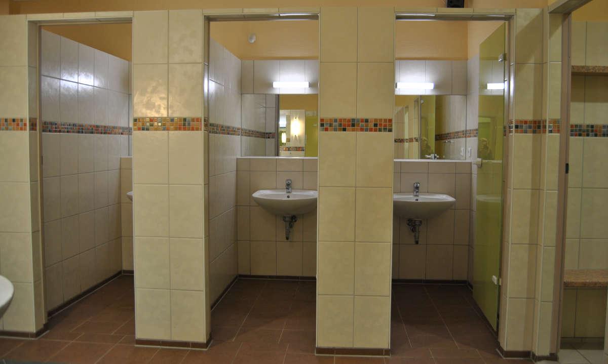 modernes Bad mit Einzel-Waschraeumen