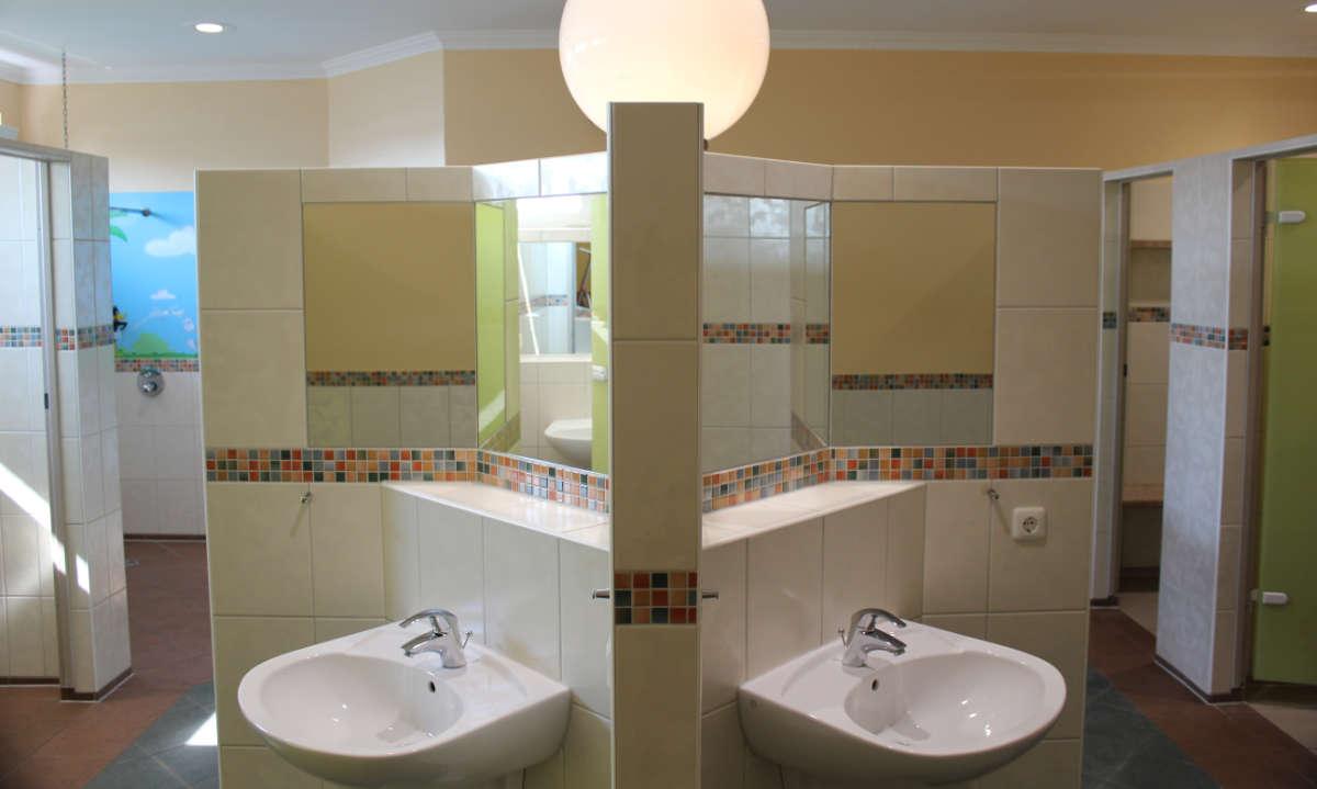 saubere und moderne Waschraeume