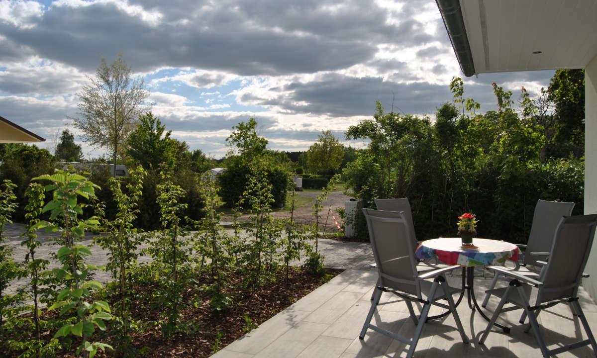 Terrasse mit Tisch und Stuehlen