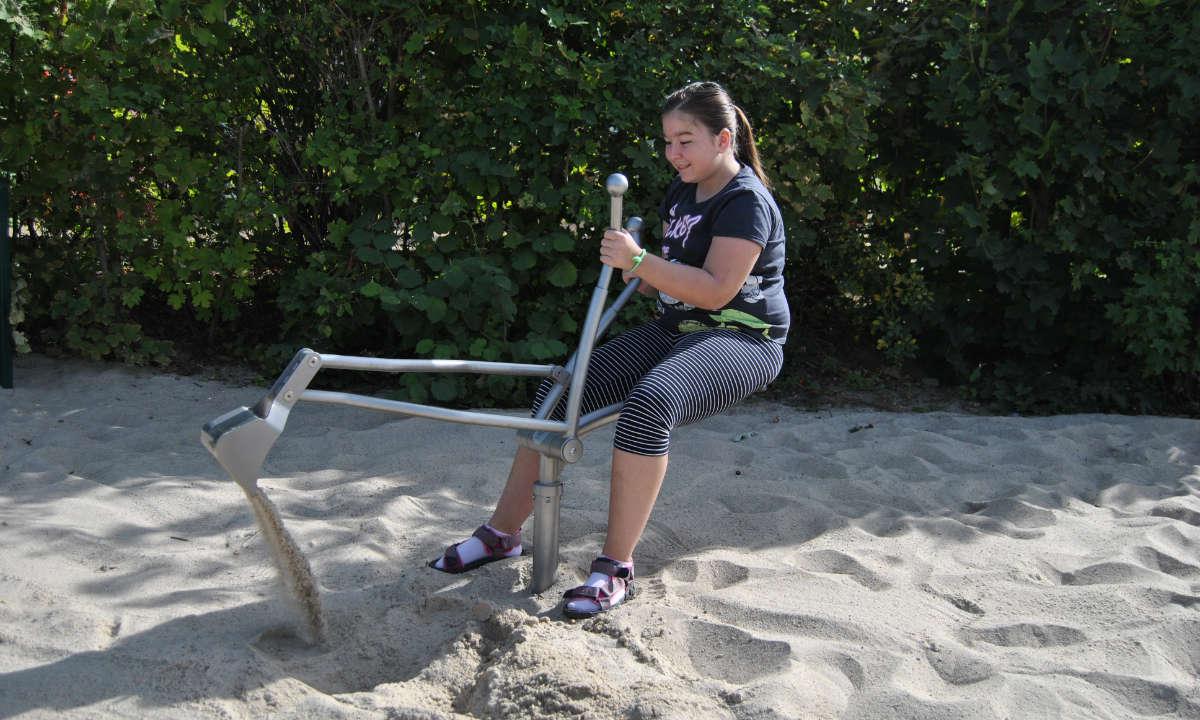Schaufelbagger im Sandkasten