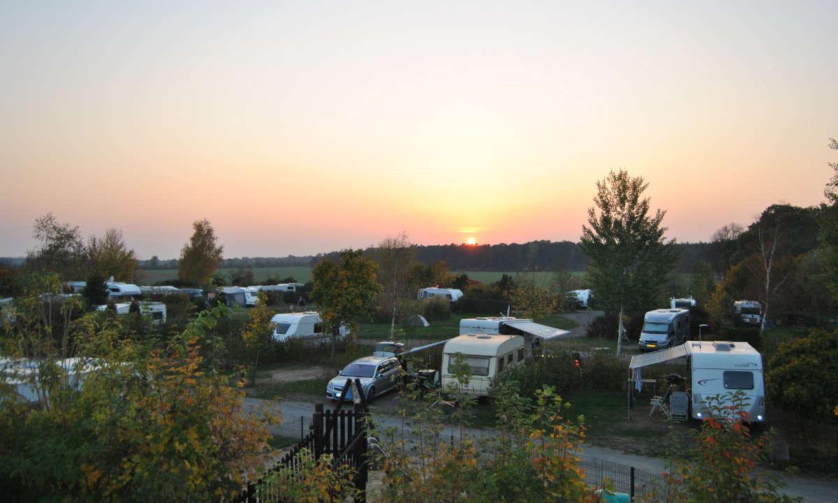 Sonnenuntergang ueber dem Campingplatz